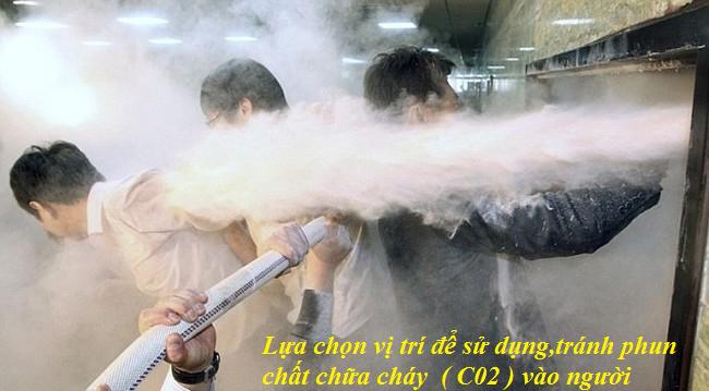 bình chữa cháy CO2 xịt vào người sẽ gây hại